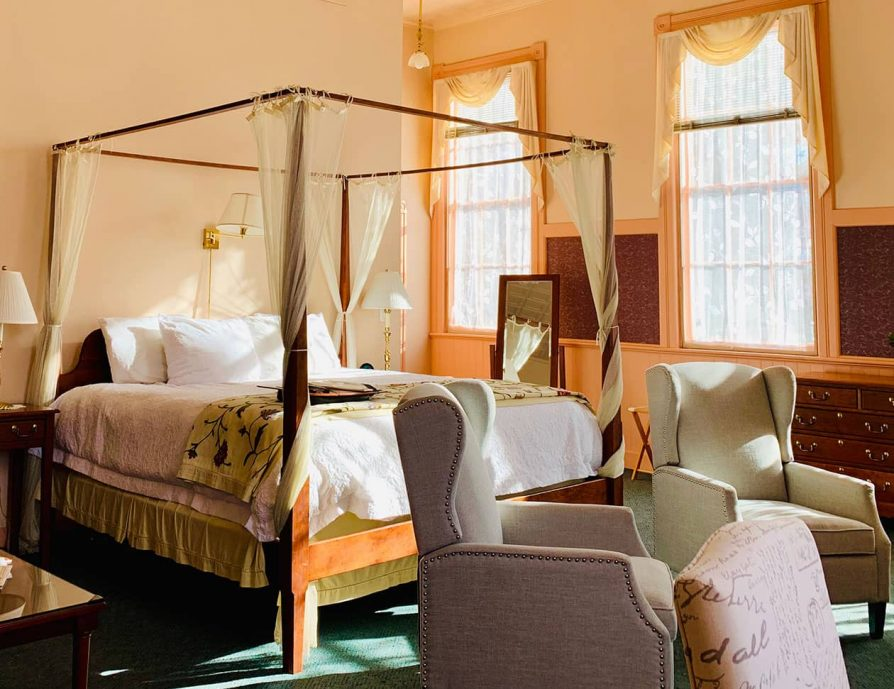 Sunny bed and chairs in the Chambre room at a Berkshires Inn