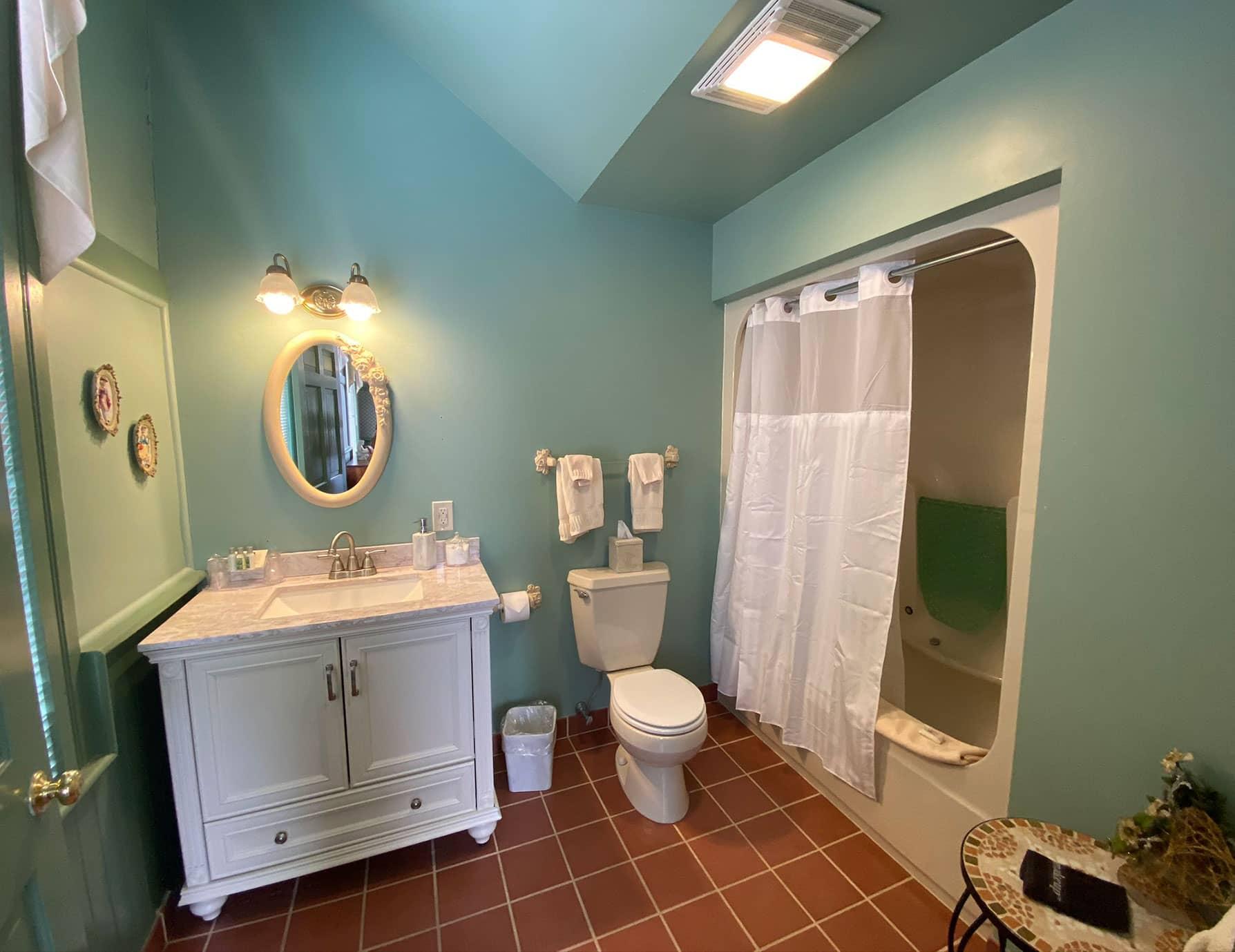 Emmaculate bathroom in La Normandie room - Lenox B&B