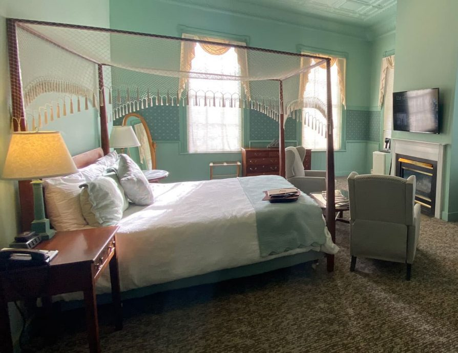 Sunny bedroom in the Petit Palais Room - Inn near Lenox