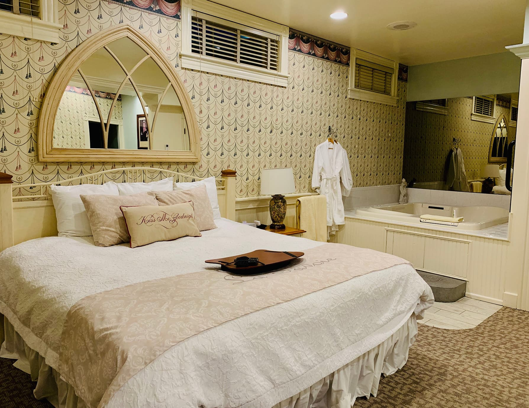 La Savoie Deluxe room with bed and spa tub - Hotel in Lee, MA