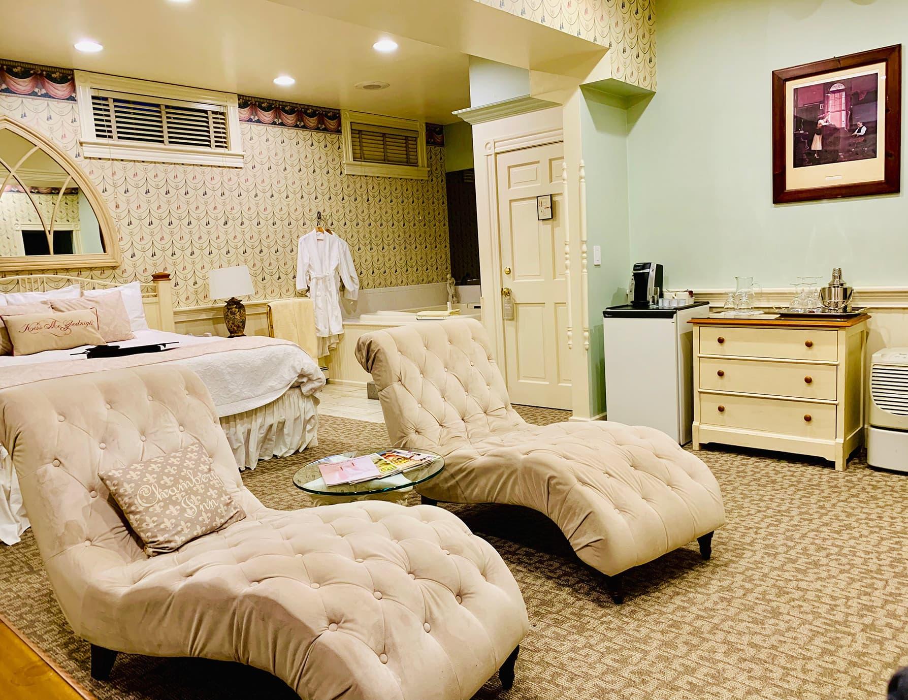 La Savoie Deluxe room sitting area - Hotel Suite in Lee, Massachusetts