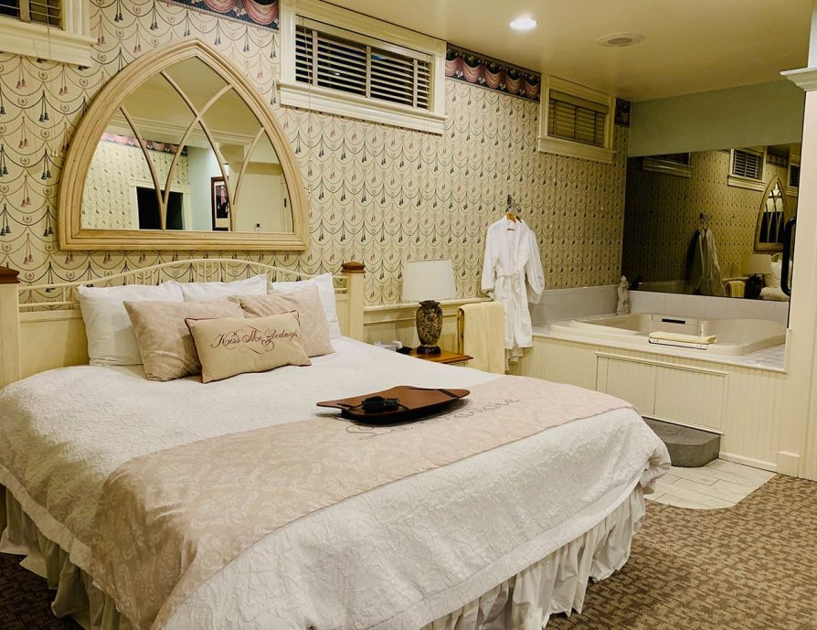La Savoie Deluxe room with bed and spa tub - Lee, MA Hotel Suite
