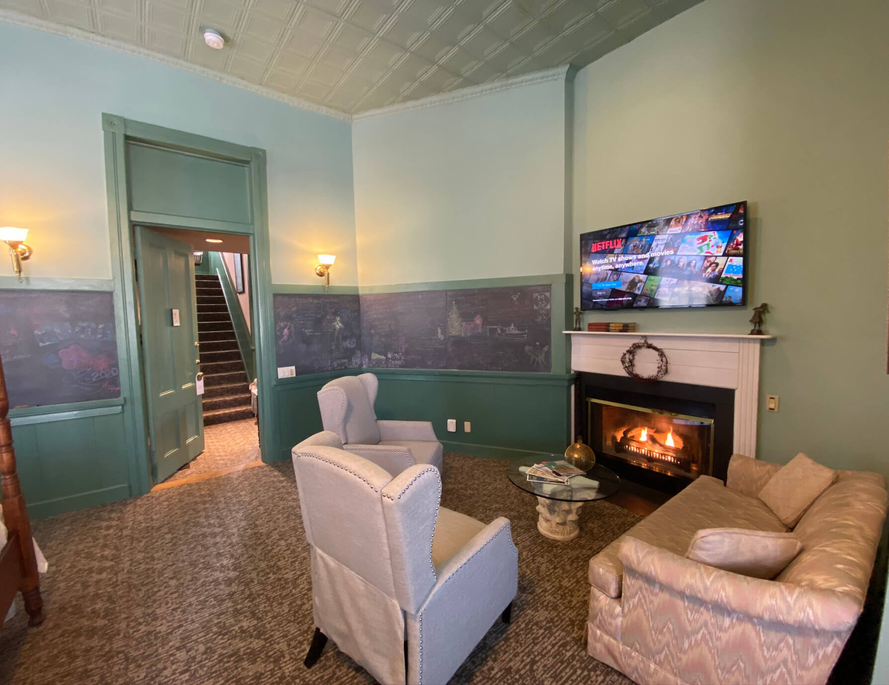 La Sedgwick seating area with fireplace and TV