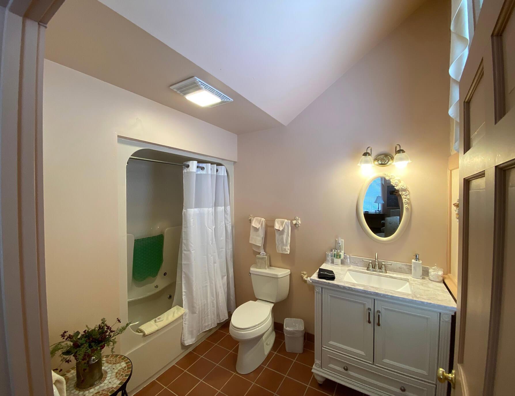 Le Lycee room bathroom - Tanglewood Inn